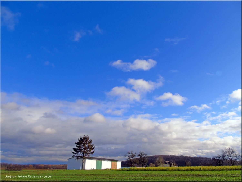 Ein Wolkenbegirge türmt sich im Januar 2020 auf einem Feld in der Wetterau auf!